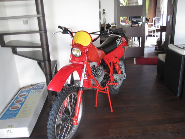 Squadra regolarita club france la moto dans le salon for Moto dans le salon