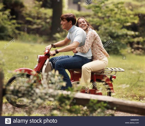 http://www.srcf.fr/forum/img_forum/2021/29/704_1970-young-woman-riding-sur-moto-boy-driving-girl-holding-sur-derriere-rire-km2877-pht001-hars-deux-personnes-de-race-blanche-heureux-joie-vie-femelles-vitesse-pleine-longueur-d-amitie-chers-nostalgie-transpo.jpg